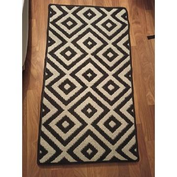 Dywanik czarno-biały w geometryczne wzory