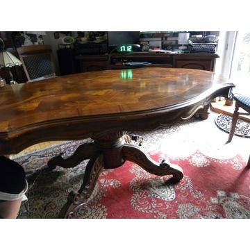 Stary stół do niewielkiej kosmetyki.