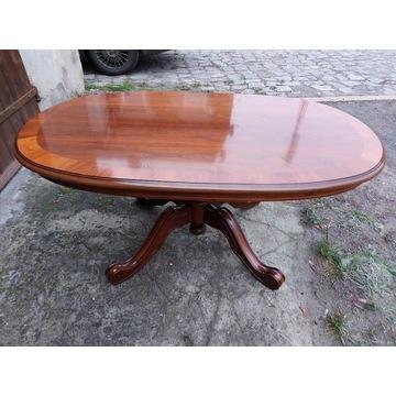 Lakierowany stół drewniany