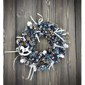 Elegancki granatowo-biały wianek świąteczny. Święt