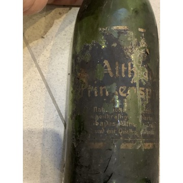 Butelka z etykieta bardzo stara