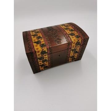 Szkatułka drewniana  ręcznie rzeźbiona