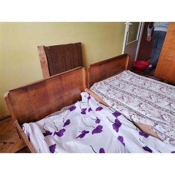 Stare drewniane łóżka plus szafeczki nocne