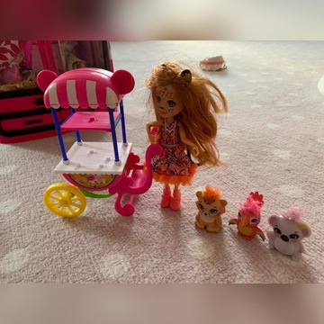 Stoisko Enchantimals + lalka + 3 zwierzątka