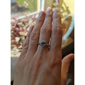 Zjawiskowy pierścionek z topazem i diamentami