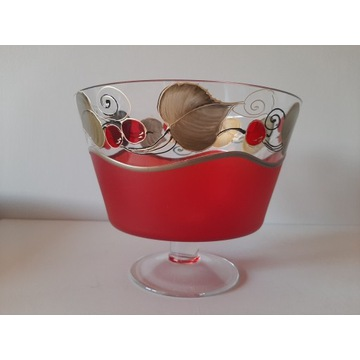 Szklany puchar ozdobny z głównym motywem czerwieni