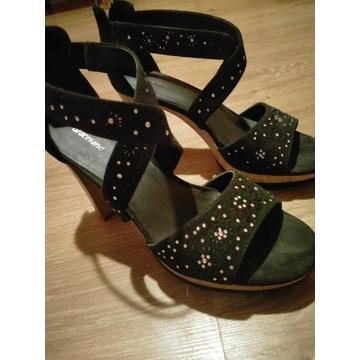 Śliczne sandały na słupku. Graceland