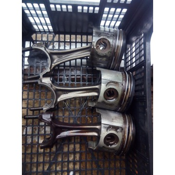 korbowód z tłokiem  kpl canter 3.0 silnik  4m42