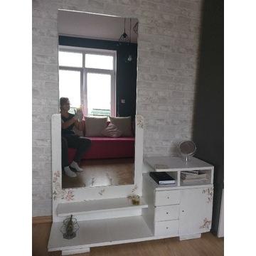 Toaletka zabytkowa z dużym lustrem
