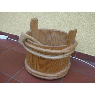stary drewniany ceber z chochlą miska