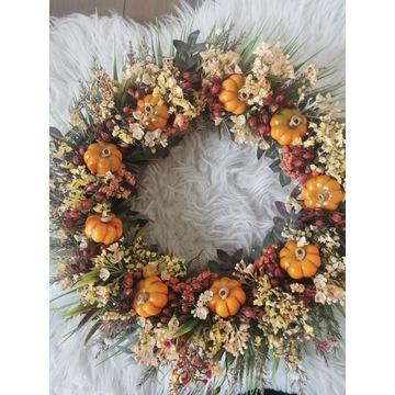 Piękny, jesienny wianek na drzwi z dyniami
