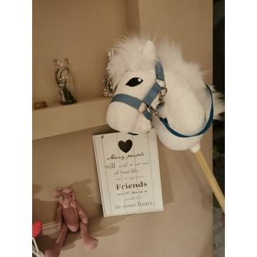 Koń Hobby Horse na kiju - Frizzy + zestaw