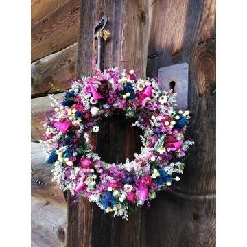 Wianek z liliowo granatowych suszonych kwiatów