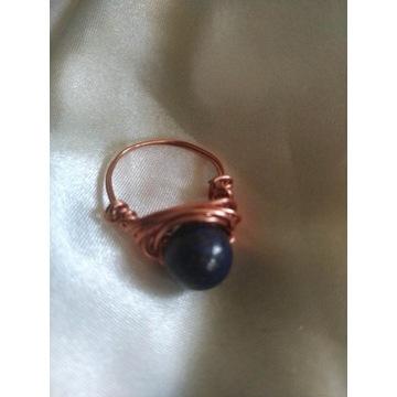 Pierścionek z miedzi z lapis lazuli- rękodzieło