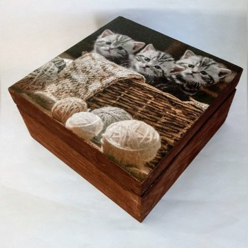 Drewniana szkatułka z kotami