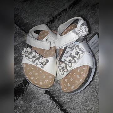Sandały  białe  rozmiar 24