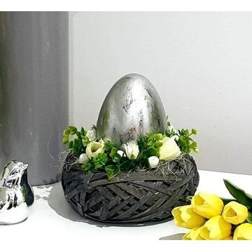Wielkanocny stroik z jajkiem, dekoracja z kwiatami