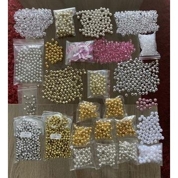 Zestaw koralików (głównie srebrne i złote)