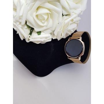 Złoty zegarek  LED z czarną tarczą, na bransolecie