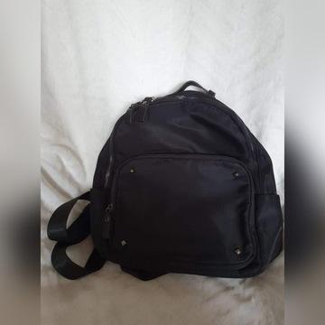Materiałowy czarny damski plecak