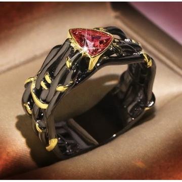 Pierścionek czerń ze złotem 18ct z czerwoną cyrk