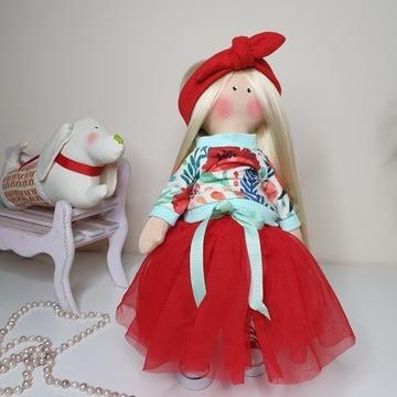 Lalka w czerwonej spódnice tutu