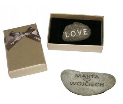 камень с надписью LOVE + имена в пуд. на Николая