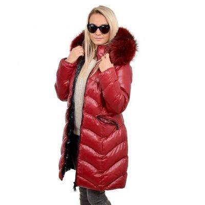 Czerwony pikowany płaszcz kaptur z futrem jenota