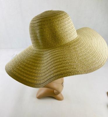 Duży kapelusz słomkowy