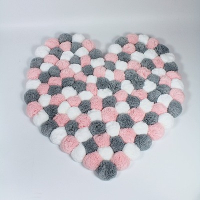 Dywan z pomponów serce biały-szary-róż śr. 85 cm
