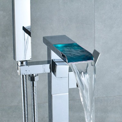Samostatne stojaci vaňový faucet vedený vodopádom