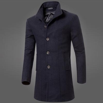 Męski płaszcz z klapami o średniej długości