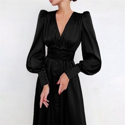 Satynowa sukienka z długimi rękawami