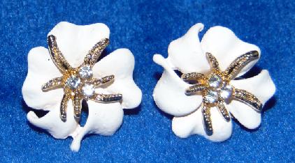 Kolczyki metalowe biały kwiat (1355)