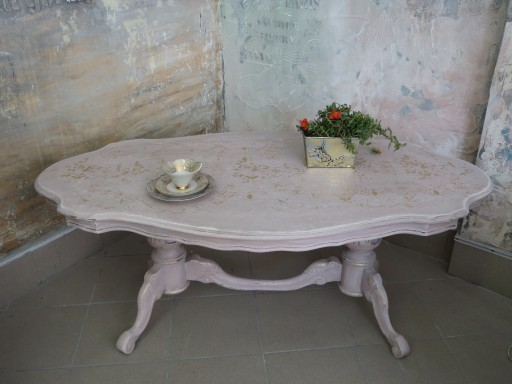 Stolik Ława zmalowana w beżowym różu patynowana