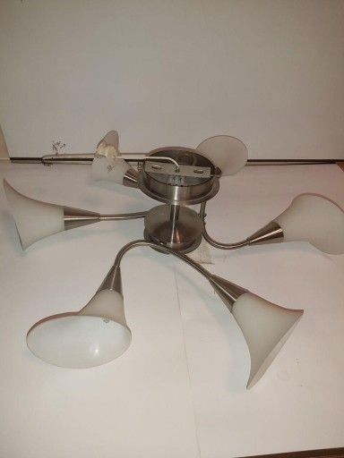 Lampa sufitowa z 6 matowymi kloszami-kielichami