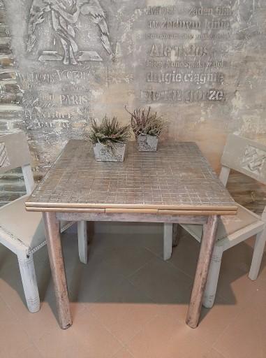 Stół w kwadracie rozkładany w antycznej malaturze