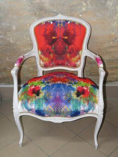 fotel ludwik w bieli z kolorową teksturą